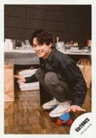 【中古】生写真(ジャニーズ)/アイドル/SixTONES SixTONES/松村北斗/全身・しゃがみ・衣装黒・左向き・両手パー・笑顔/「TrackONE -IMPACT-」グッズオフショット/公式生写真