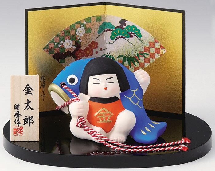 陶器製 武者人形・日本人形 丸盆のり鯉のぼり持ち金太郎 お盆・屏風・木札付きです。 〈五月人形 5月人形 こいのぼり 端午の節句 子供の日 5月5日 和のインテリア ギフト プレゼント 通販〉