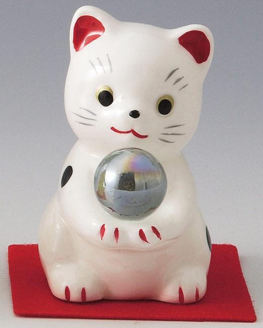 とってもかわいい開運招福の縁起物! 陶器製 水晶風ガラス玉持ち風水招き猫 白色 高さ6.7cm まねきねこ Feng Shui Beckoning Cat Maneki Neko