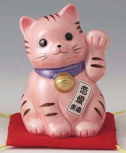 陶器製 豪華赤座布団乗り 風水 東南側置き恋愛成就招き猫 左手(左前脚)上げ 桃(ピンク)色 高さ10cm まねきねこ Feng Shui Beckoning Cat Maneki Neko