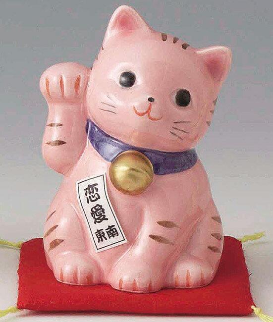 陶器製 豪華赤座布団乗り 風水 東南側置き恋愛成就招き猫 右手(右前脚)上げ 桃(ピンク)色 高さ10cm まねきねこ Feng Shui Beckoning Cat Maneki Neko