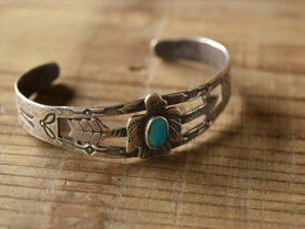 Vintage Indian Jewelry サンダーバード & アロー コインシルバー バングル(Fred Harvey era)