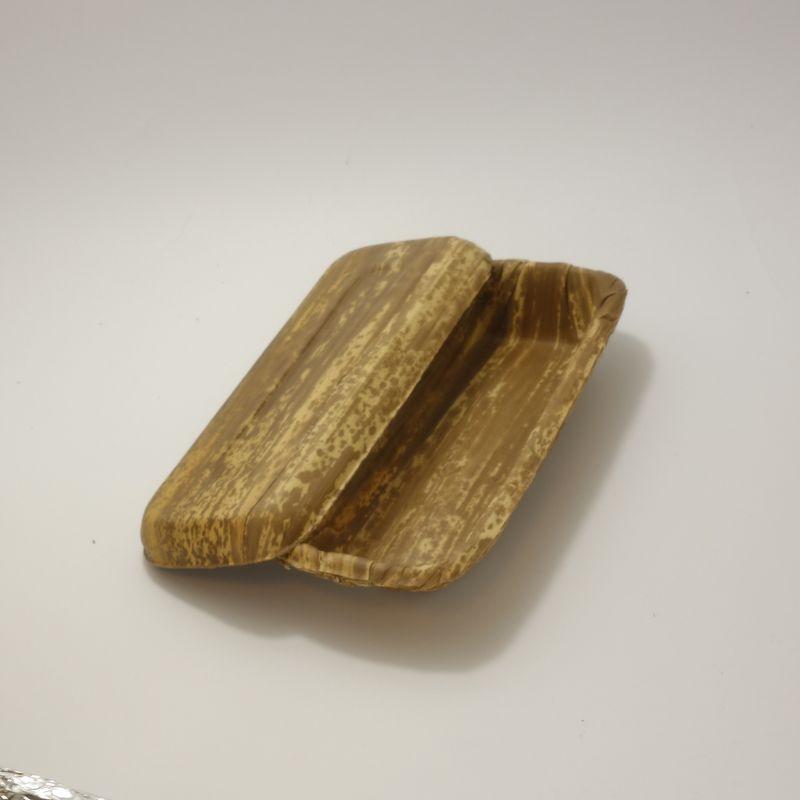 竹皮プレス容器 TPY-5H / サイズ約220×90×高さ35ミリ/ 竹皮を貼り合わせてプレスした容器 / 丸みを帯びた柔らかさと温もり感が特徴 / 素材が持つ色調が様々な用途に調和します/ お弁当、お寿司、恵方巻き、和菓子などに