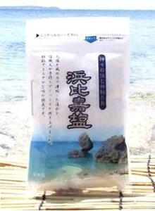 送料300円〜沖縄の澄んだ海水のみを使用して作られた100%海水塩です。粗塩でまろやかな味が特徴です【 浜比嘉塩 100g 】様々な料理とも相性抜群 おにぎり、焼き物、漬物などに!