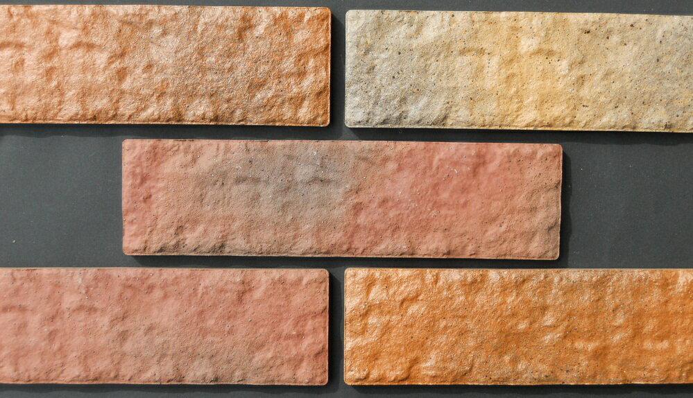 レンガ タイル 壁用 赤煉瓦 茶色ミックス イージーブリック アンティーク 磁器質 接着剤で貼る 二丁掛平 リビング キッチン ベランダ 外壁 玄関 塀 門扉、ガーデニングのDIYリフォームにお勧め! カフェ風のエクステリア建材です