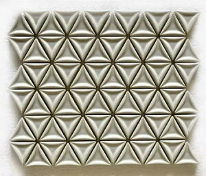 三角モザイクタイル シート販売 ホワイト。内装壁のDIYに(72粒)おしゃれなデザイン、かわいい色と模様 円形 花模様 レトロモダン風。キッチン・玄関・テーブル・洗面所のリフォーム