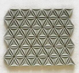 三角モザイクタイル シート販売 シルバーグレー。内装壁のDIYに(72粒)おしゃれなデザイン、かわいい色と模様 円形 花模様 レトロモダン風。キッチン・玄関・テーブル・洗面所のリフォームにOK。壁建材・日本製・磁器質・美濃焼・耐凍害