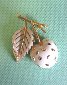 トリファリ 白エナメルさくらんぼのブローチ
