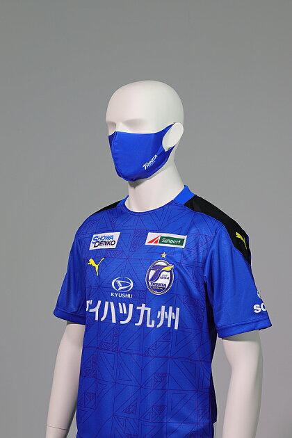 大分トリニータ快適素材の洗えるマスク(青)ロゴ着用1