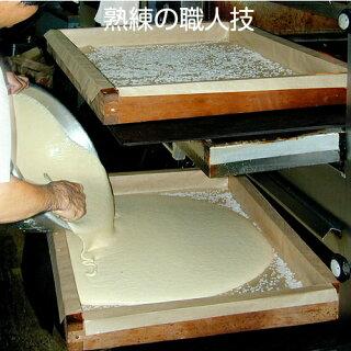 昔ながらの手焼きは、熟練の職人技