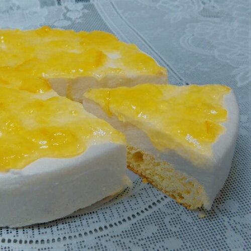 [洋ナシとのチーズケーキ] 洋梨とオレンジのソースをトッピングし味付けしました。独自の低温焼上製法で,しっとりした美味しさを実現低カロリー(カロリーオフ)でサッパあっさりと食べやすいレア-
