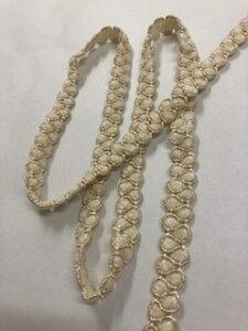 オフ白に金糸のブレードです。巾は1.5センチ×150長さです。洋服や、カバンなど、アイディア次第で可愛く、おしゃれにオリジナルを作れます。2ぐらいの厚みがあります。叩きつける本体に