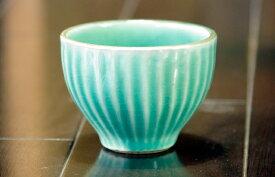 益子焼【名入れ】<>エメラルド色くつろぎカップ。お客様のおもてなし用や普段使いでも使えるカップです。陶器製湯呑、くみ出し、おしゃれな湯呑、紅茶やお茶のほかにもコーヒーにも合います。素敵な色で、贈り物に♪名入れ可です。!()(ss)
