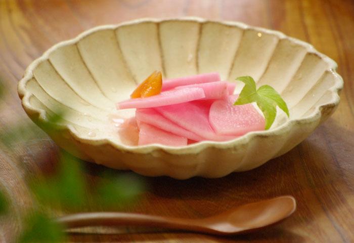 益子焼 Kinariお花の形の輪花 送料無料 リンカ 皿 中皿 可愛い おしゃれ モダン ナチュラル 北欧風 花形 白 アイボリー 名入れ ギフト 結婚祝い 内祝い 父の日 母の日 敬老の日 贈答品 プレゼント