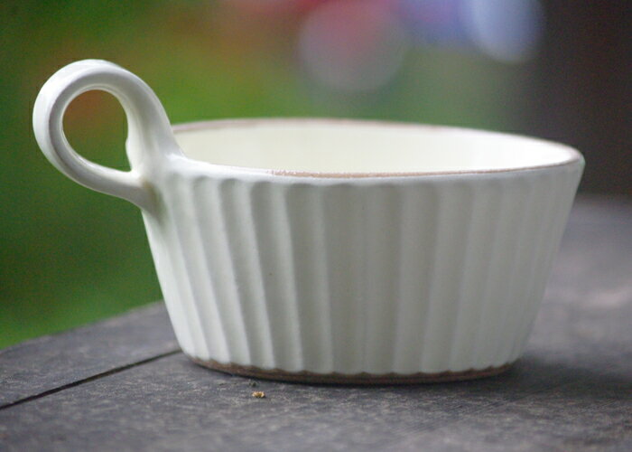 【名入れ】益子焼 カラーしのぎスープカップ 白 送料無料 スープカップ スープボウル サラダカップ デザートカップ 手付きカップ スタッキング おしゃれ シンプル モダン 粉引き 名入れ ギフト 結婚祝い 内祝い 父の日 母の日 敬老の日 贈答品 プレゼント(ss)