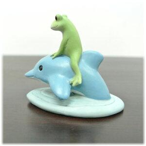 イルカに乗ったカエル