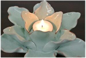 淡いブルーの陶器製ロータスキャンドルホルダー