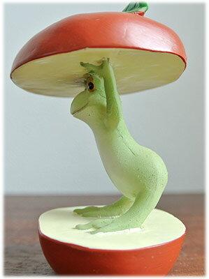 リンゴの間からコンニチハしているカエル