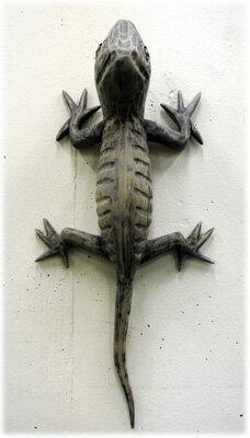 木製のトカゲの壁掛け