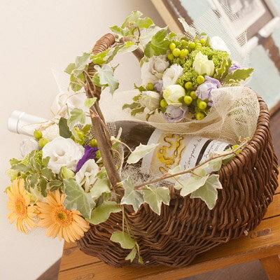 フラワーギフト 誕生日プレゼント 女性 アーティスト系白ワイン (トルコキキョウ トゥーレーヌ ソーヴィニヨンブラン ラルパン)とトルコキキョウの花束のフラワーバスケットフラワーギフト 母親 彼女 誕生日祝い バースデープレゼント 誕生日フラワー 母の日 webflora