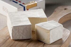 チーズにはワインがやっぱり最高★お酒のおつまみにも♪北海道クレイルさんの本場フランス仕込みの極上「生」カマンベールチーズ【クレイルチーズ カレ】ギフト 贈答用 贈り物 お中元
