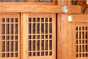 褐色の神棚透かし彫り屋根違い三社御神前神具セット