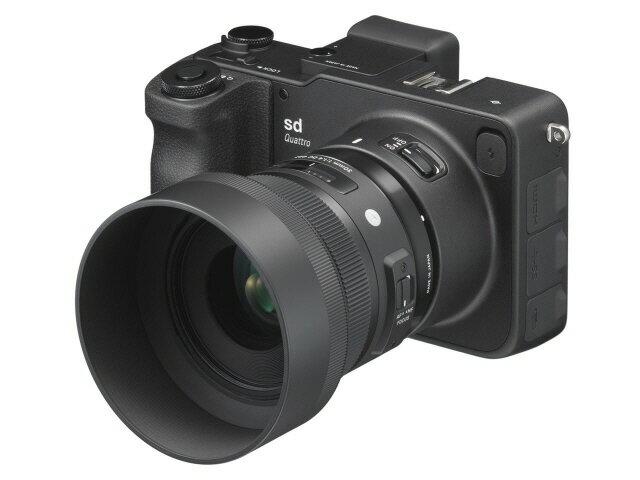 【ポイント5倍】シグマ デジタル一眼カメラ SIGMA sd Quattro 30mm F1.4 DC HSM Art レンズキット [タイプ:ミラーレス 画素数:3320万画素(総画素)/2950万画素(有効画素) 撮像素子:APS-C/23.4mm×15.5mm/CMOS 連写撮影:4.3コマ/秒 重量:625g]
