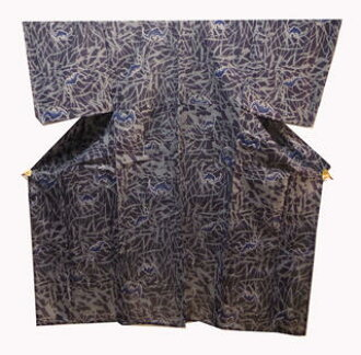 It is bat pattern medium size manager soot flying to VIVI man yukata NO1 black ground in a lightly gray forest!