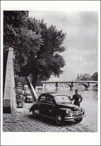 ポストカード 【モノクロ写真】「小型乗用車ルノー・4CVと女性」(HZN6476)