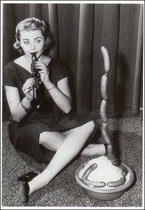ポストカード 【モノクロ写真】「笛を吹く女性、立つホットドッグ」