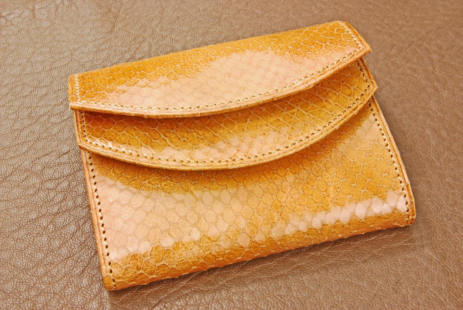 イタリア製 蛇型押しレザ−ダブルかぶせ 財布【キャメル】