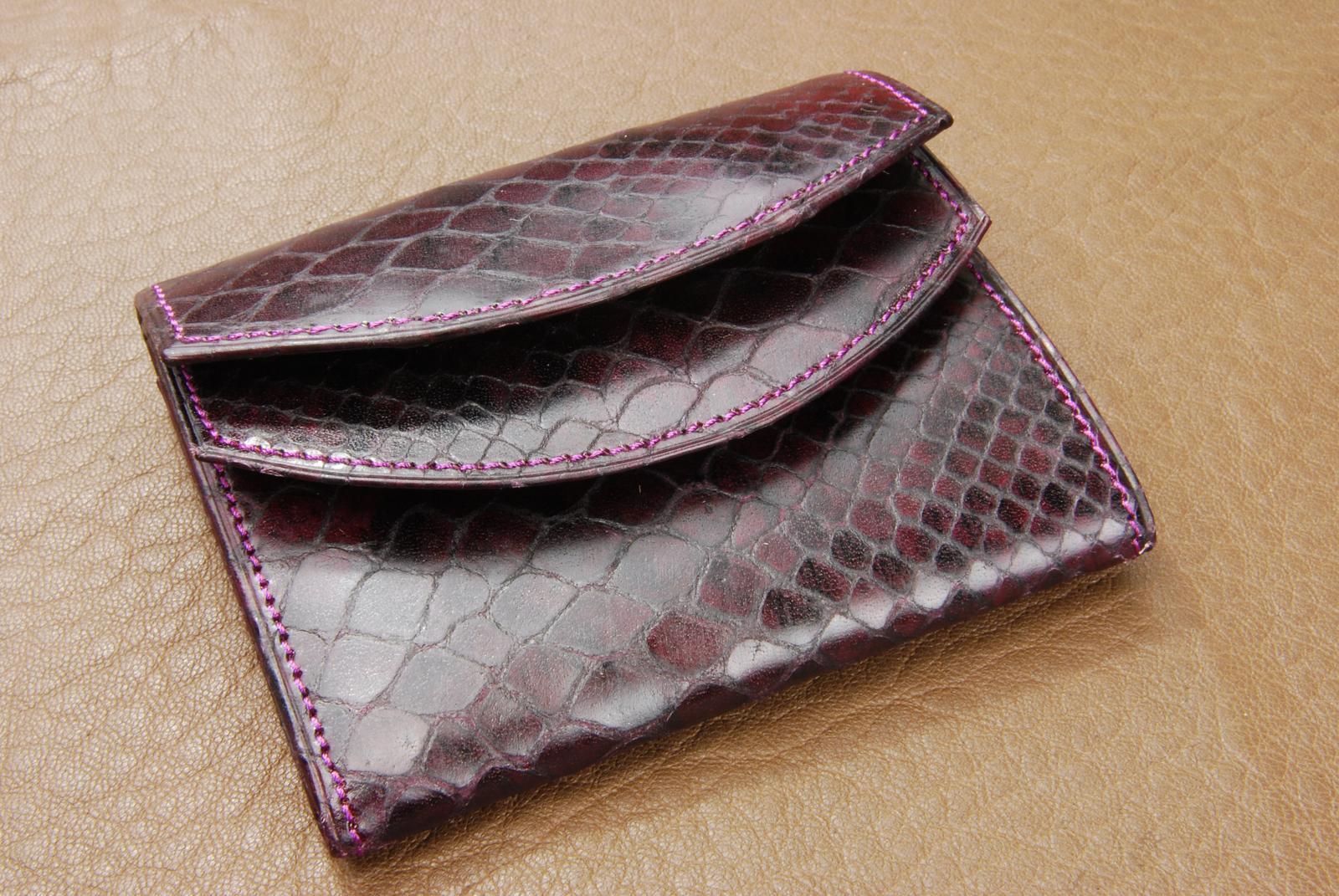 イタリア製 蛇型押しレザ−ダブルかぶせ 財布【ボルド−】★送料無料★