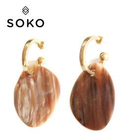 【待望の最新作】≪SOKO≫ ソコ水牛の角 ホーン プレート ゴールド フープ ピアス Sabi Horn Hoop Earrings (Gold)【レディース】 ワンマイルコーデ